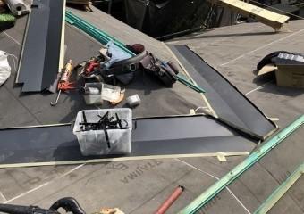 奈良市の複合屋根に谷板金設置