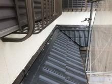 下屋の黒いスレート瓦設置