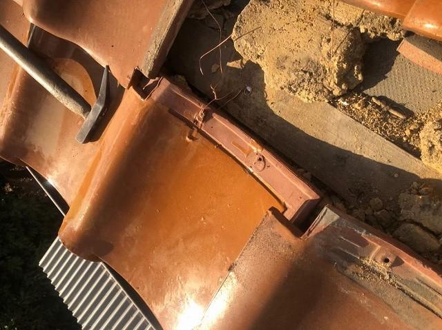 三宅町で桟木に瓦固定作業
