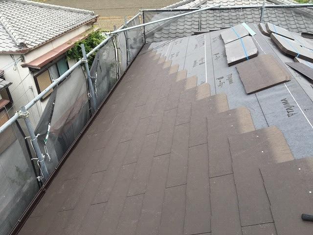 屋根材張りつけ中