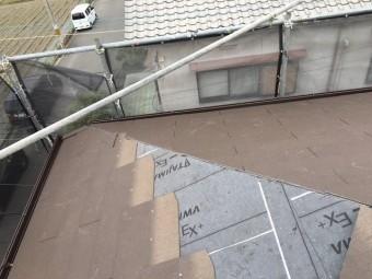 屋根材張りつけ途中