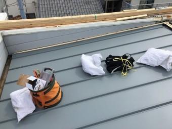 屋根材設置中