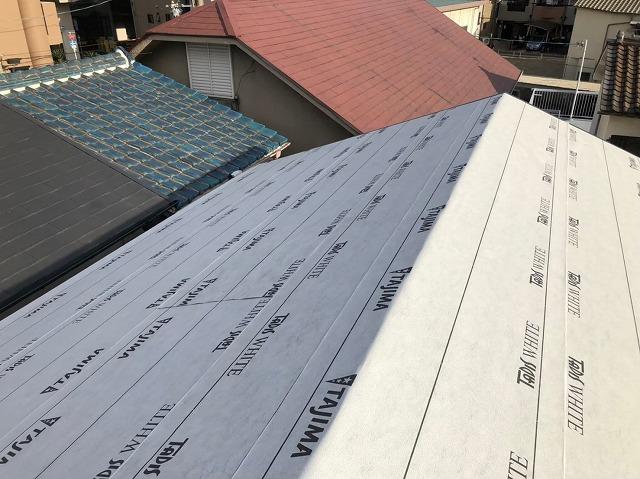 天理市の屋根葺き替え工事で防水紙を設置した様子