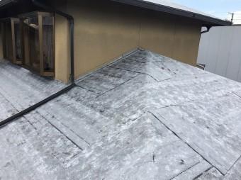 下屋根防水紙設置中