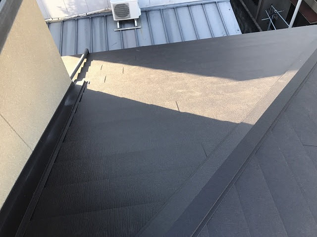 下屋根ガルテクト設置中