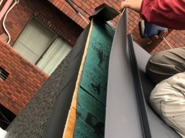 奈良市の台風被害の立平葺きの水切り板金調査