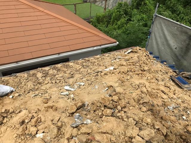 葺き土の撤去と隣の屋根