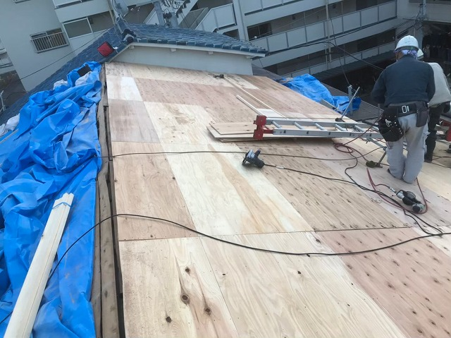 奈良市の長屋のリフォーム工事中、屋根の野地板増し張り