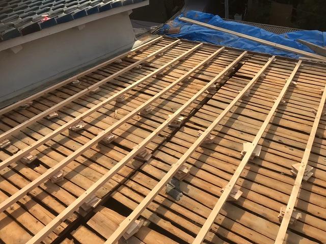 奈良市でバラ板に補強垂木を設置