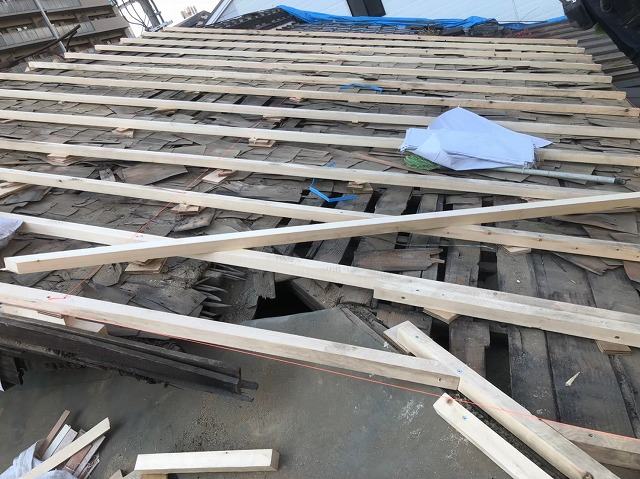 奈良市の屋根葺き替え工事での補強垂木の設置
