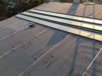 屋根材を設置するところ