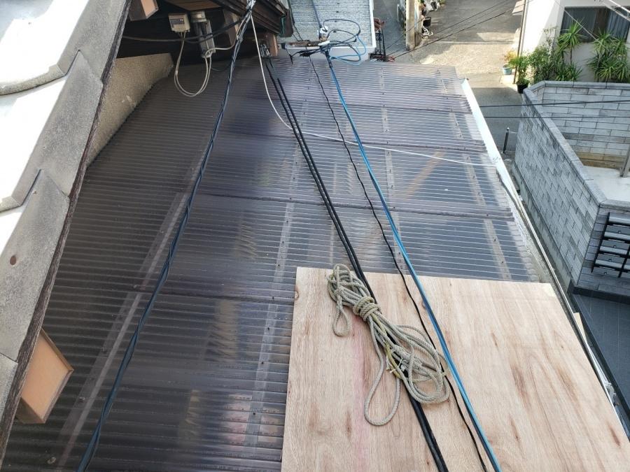 大阪市内の住宅で漆喰詰め直し工事、ベランダ屋根に木版設置