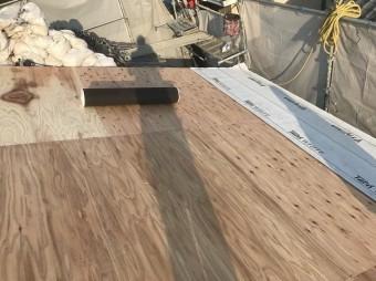 構造用合板の上からグレーの防水紙