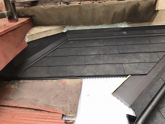 下屋根の葺き替え中