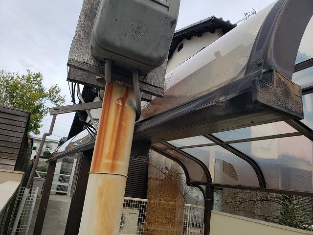 王寺町でカーポート屋根に干渉している電柱拡大