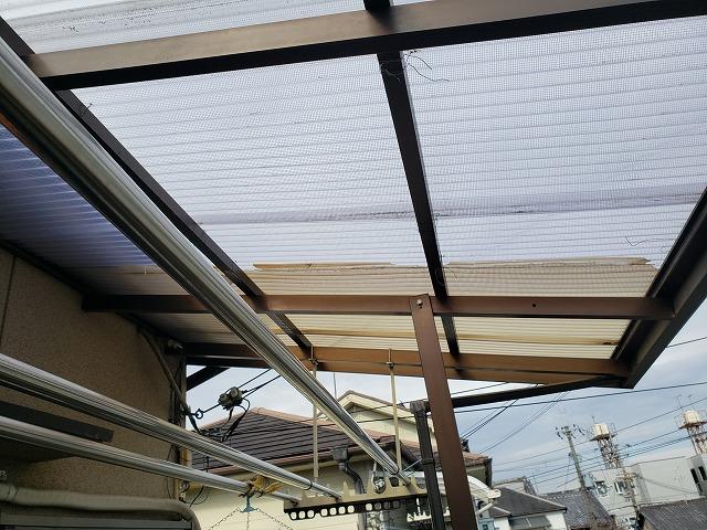 奈良市で強風により補修されている波板