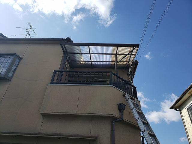 奈良市で強風によりベランダ屋根の波板交換工事前写真