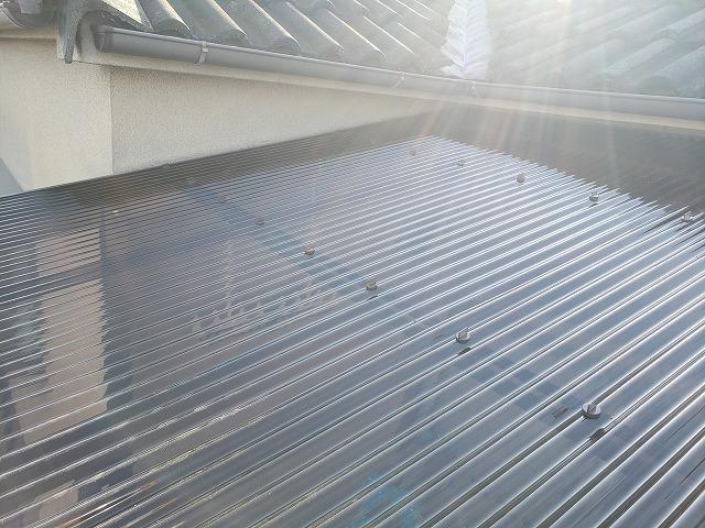 ベランダ屋根ポリカーボネート製波板固定金具状況