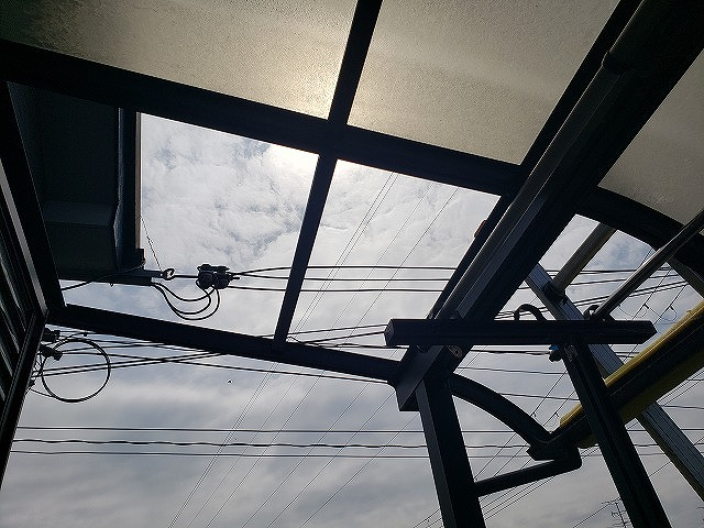 大和郡山市の割れたベランダ屋根、古い屋根材を撤去
