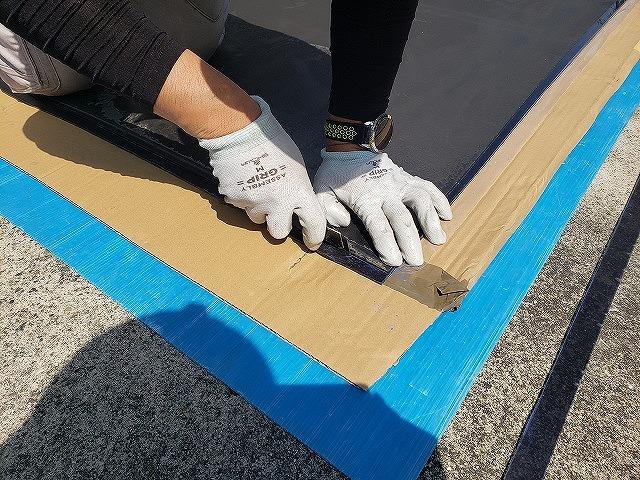 大和郡山市の割れたベランダ屋根の交換、新しい屋根材の加工拡大