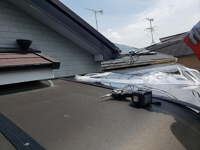 大和郡山市の割れたベランダ屋根の交換、新しい屋根材の保護シート撤去