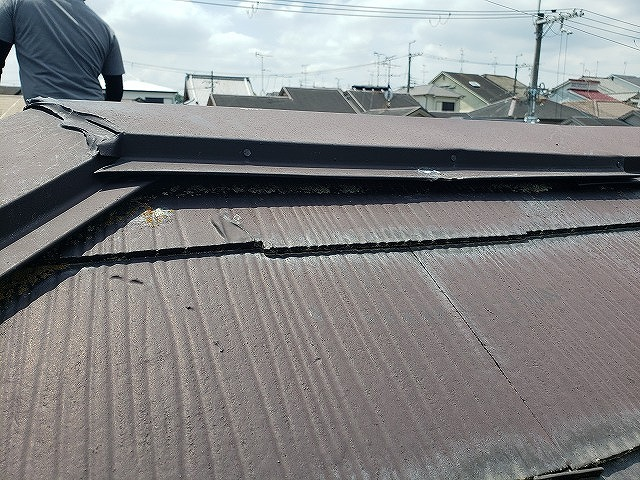 大和郡山市のカラーベスト屋根の浮いた棟板金、無料点検