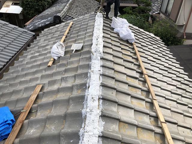 田原本町のいぶし瓦屋根の大棟に南蛮漆喰