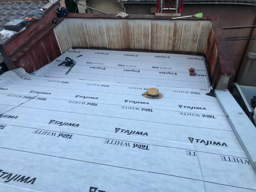 奈良市のパラペット付き屋根に防水紙(ルーフィング)を張り付け