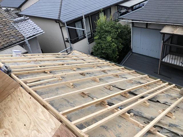 王寺町で補強垂木設置後構造用合板設置