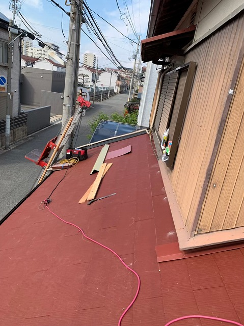 下屋根の棟板金の貫板