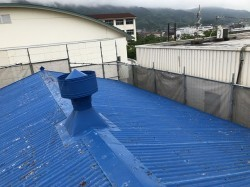 王寺町の青い大波スレート屋根の倉庫