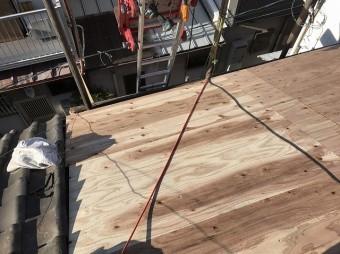 屋根に野地板設置