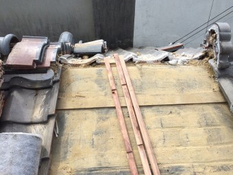 古い瓦を撤去