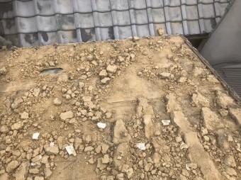 固くかたまった葺き土の撤去