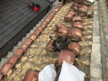 香芝市の釉薬瓦屋根の瓦解体作業