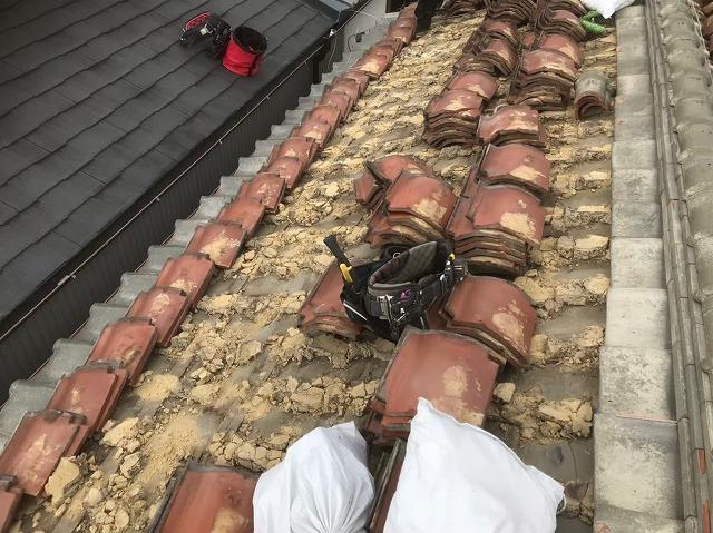 釉薬瓦屋根の瓦解体作業