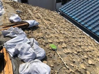 天理市の二階建て住宅の瓦を撤去した様子