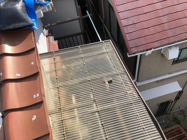 天理市でベランダ屋根が破損している様子