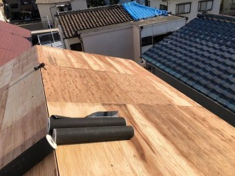 天理市の屋根葺き替え工事の野地板のメンテナンス