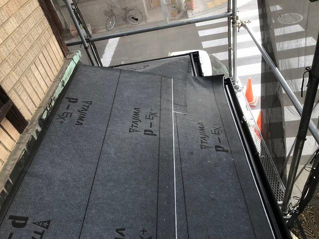 奈良市の雨漏り修理で下屋に防水紙を敷きました