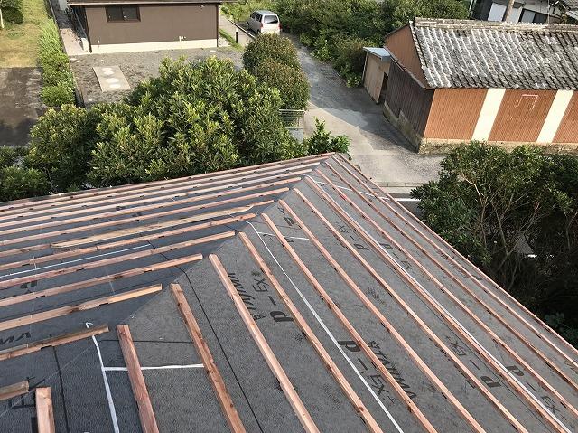 屋根に防水紙と瓦桟を設置