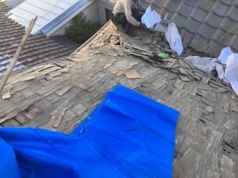 屋根の瓦を剥がしていきます