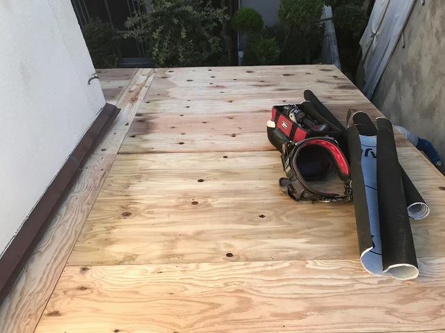 野地板の増し張りを下屋根に施工