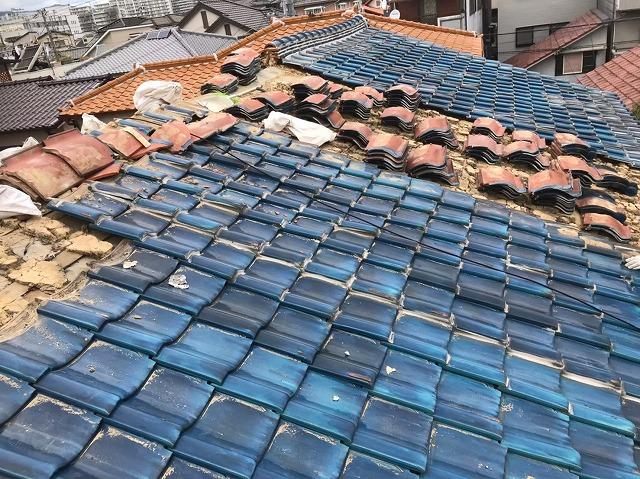 奈良市のリフォーム工事中の長屋の瓦撤去