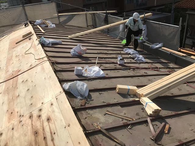 かわらUを撤去しトタン屋根が出現