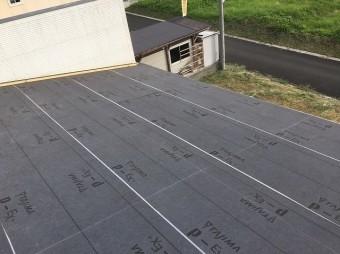 香芝市のトタン屋根の新しい防水紙貼り
