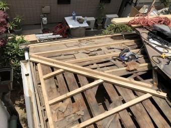 バラ板の上から補強垂木を設置