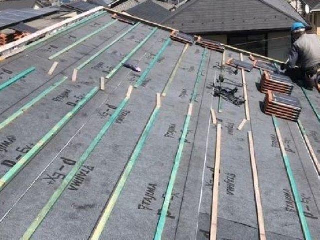 香芝市の平板瓦屋根の屋根下地に防水紙と瓦桟木設置