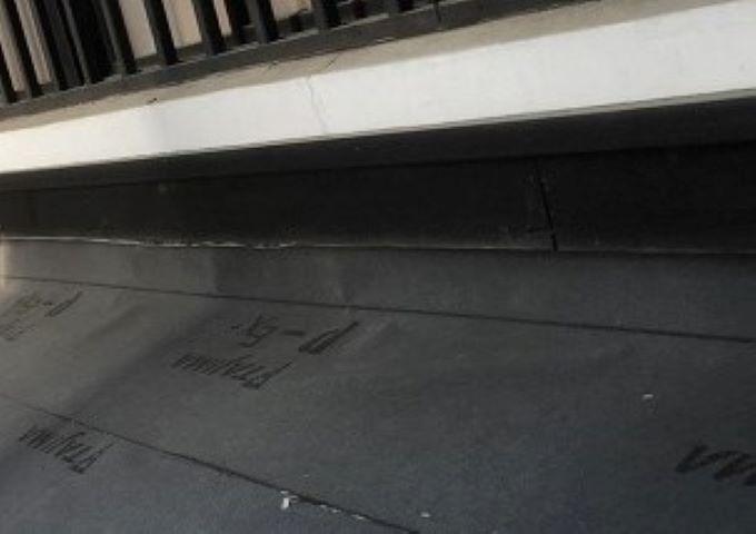 奈良市の下屋根の壁との取り合い
