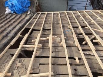 屋根修理工事の工程で垂木設置